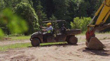 Рабочие вождения внедорожника — Стоковое видео