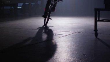Bmx Rider делать трюки — Стоковое видео
