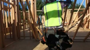 Workers standing up wall — Stock Video