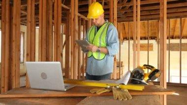 Pracownik za pomocą cyfrowego tabletu — Wideo stockowe