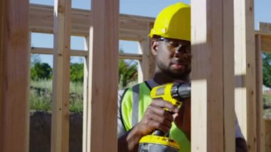 Worker using drill — Stock Video