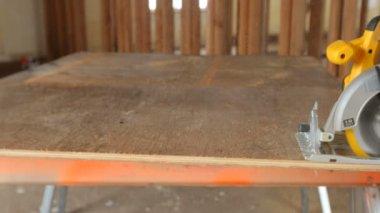 Madera de corte de trabajador de construcción — Vídeo de Stock