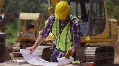 Worker looking over plans — Stockvideo