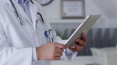 Doctor using digital tablet — Stock Video