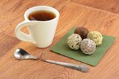 Cake and tea on a green napkin — Stock Photo