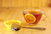 Black tea with lemon and cinnamon muffins — Stock Photo