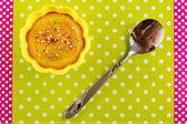 Cinnamon cupcake on a green cutting board — Stok fotoğraf