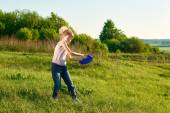 Ragazza che gioca frisbee nel parco — Foto Stock