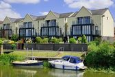 Houses and boats on the Severn river, southwestern Britain — Stock Photo