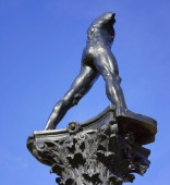 Sculpture against blue sky — Stock Photo