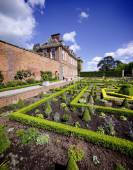 Stately home and garden — Stock Photo