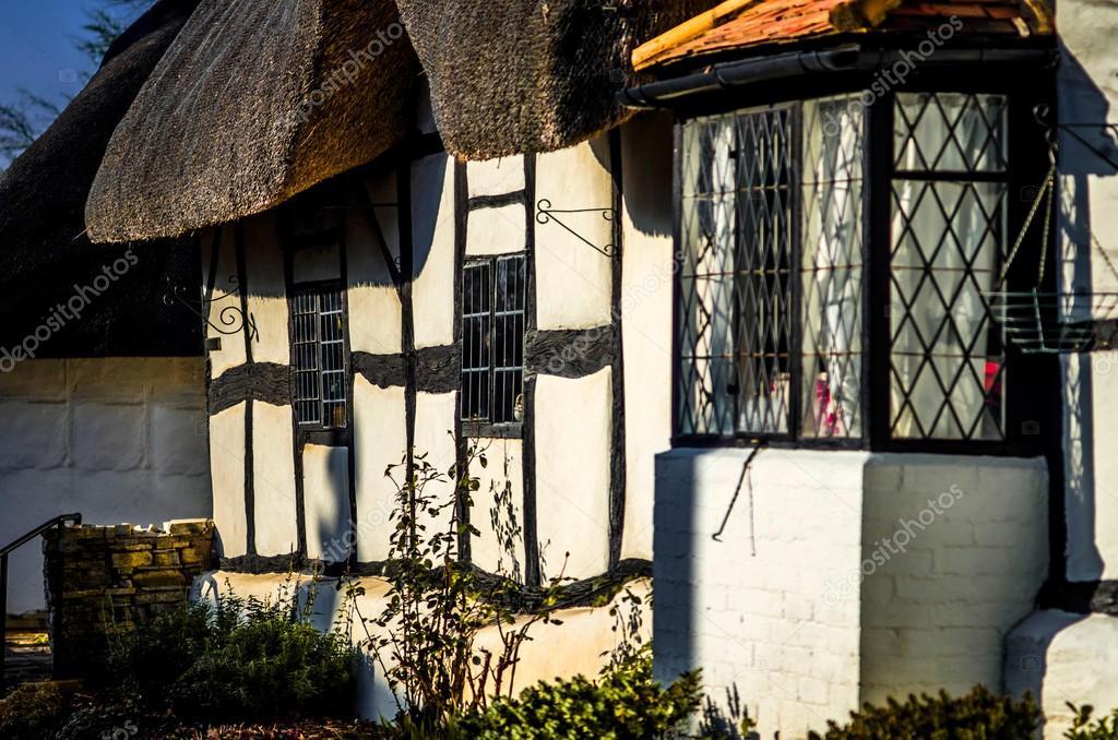 Cottage inglese tradizionale foto stock 1606578 for 1 1 2 piani di cottage storia
