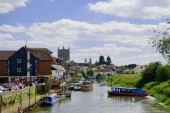 Boats on river and houses on riverside — Stock Photo