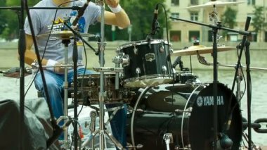 Drummer playing at a concert in the street, shot in front — Stok video