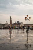 People with umbrellas on the waterfront in Venice — Stock Photo