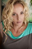 Блондинка смотрит прямо — Stock Photo