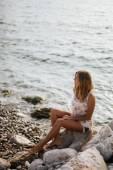 Мечтательная девушка на пляже с видом на море — Стоковое фото