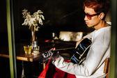 Asiatische Gitarre Mann spielen Akustikgitarre im café — Stockfoto