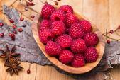Raspberry in wood bowl — Zdjęcie stockowe