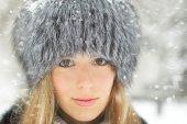 Ung flicka vinter porträtt. — Stockfoto