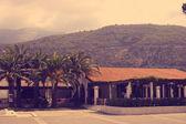 Hotel położony na tle góry i palmy — Zdjęcie stockowe