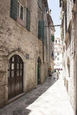Narrow alley in the old town of Kotor — Stock Photo