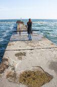 Dívka stojící na molu při pohledu do dálky — Stock fotografie