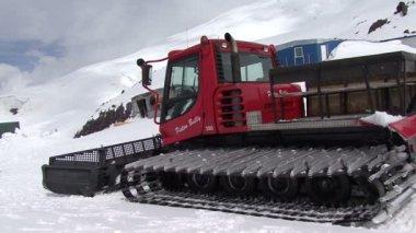 Work snowcat in mountains — Stock Video