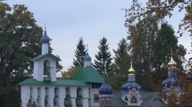 Autumn leaf fall in an Orthodox monastery — Stock Video