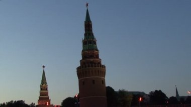 Night on the Moscow River. Quay. Tower of the Moscow Kremlin. — Stock Video