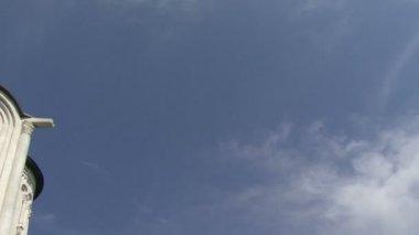 Kilise ve bulutlar — Stok video