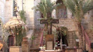 Water well in memory of Lion elder Gerasimos — Stock Video