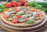 Vegetarian pizza with ingredients — Stock Photo