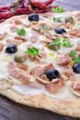 Italiaanse pizza met mozzarella — Stockfoto