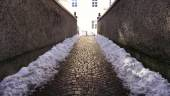 Walkway with snow in oldtown — Stock Photo
