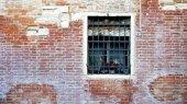 Okno a staré cihlové zdi budovy — Stock fotografie