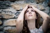 屋外美しい若い悲しい少女の肖像画 — ストック写真