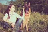 芝生で遊ぶジャーマン ・ シェパードを持つ美しい少女 — ストック写真