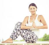 Ioga. jovem mulher fazendo exercícios de ioga ao ar livre — Fotografia Stock