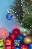 Decorado com árvore de Natal com presentes e guirlandas — Fotografia Stock