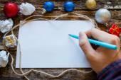 Man skriver en lista över gåvor för det nya året — Stockfoto