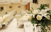 White roses  in wedding reception — Stock Photo