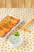 Cenoura cozida em um prato, comida com molho — Fotografia Stock