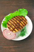 Grilled meat with lettuce and onions — Stockfoto