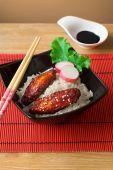 Gebakken Kippenvleugels in sojasaus en rijst met kruiden — Stockfoto