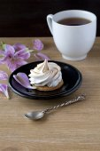Meringue cookies and a cup of tea — Stock Photo