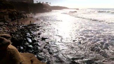 океанские волны аварии против рок — Стоковое видео