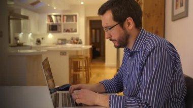 Επιχειρηματίας που εργάζεται αργά το βράδυ από το σπίτι — Αρχείο Βίντεο