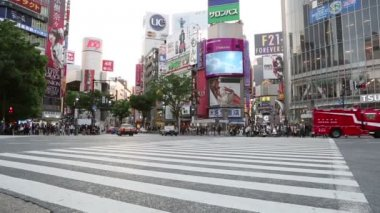 TOKYO, JAPAN - CIRCA 2013: Crowd of commuters wait to cross Shibuya intersect — Stock Video
