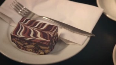 Pan from cake to a freshly prepared cup of latte — Stock Video